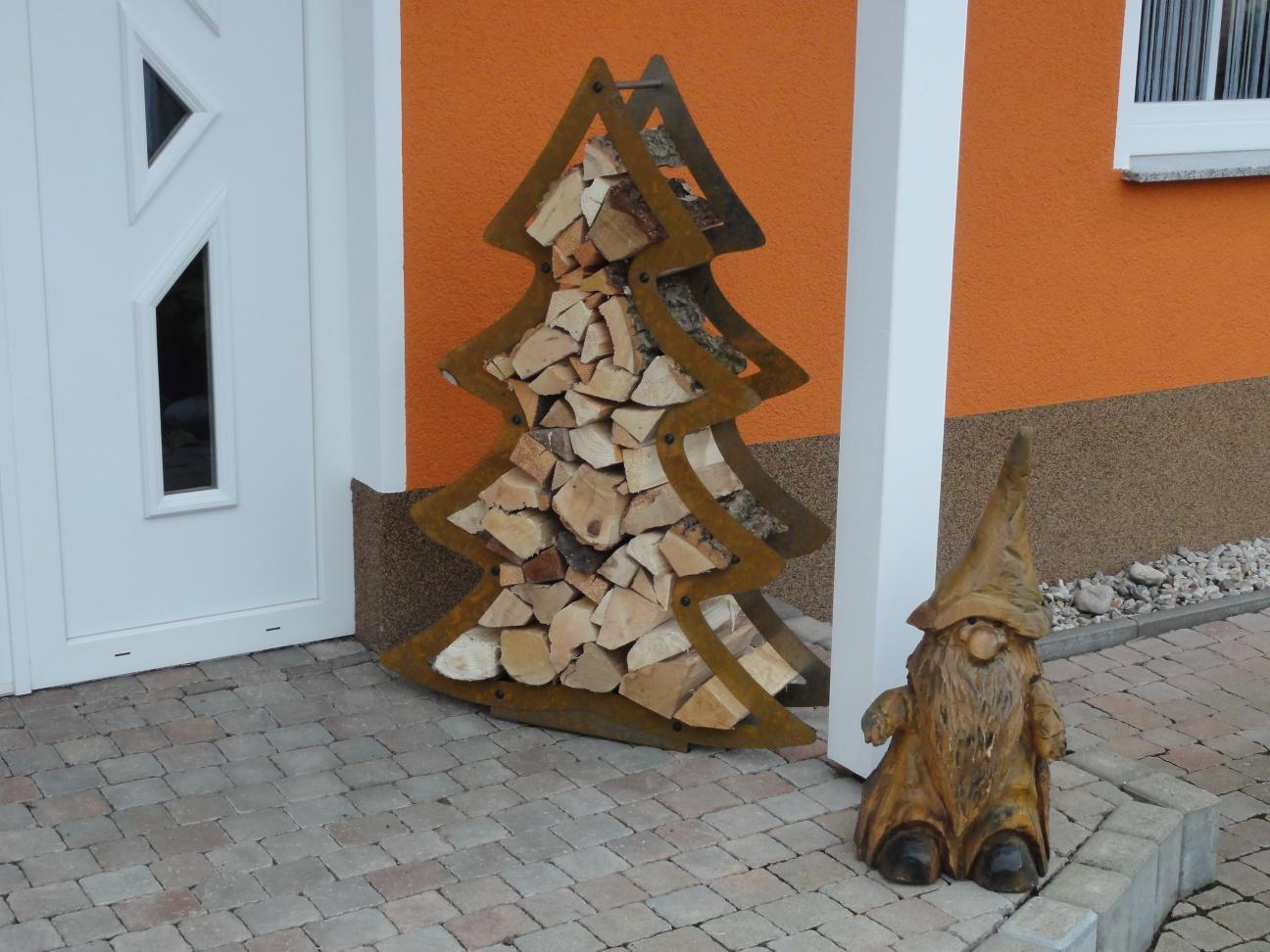 Rostiger Tannenbaum.Kaminholzregal Weihnachtsbaum Tannenbaum Edelrost